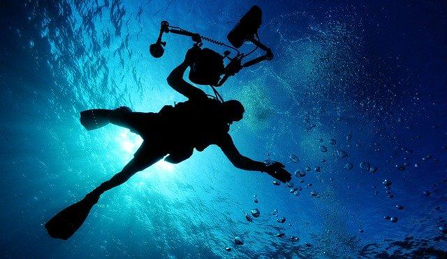 un plongeur qui fait de la plongée sous marine